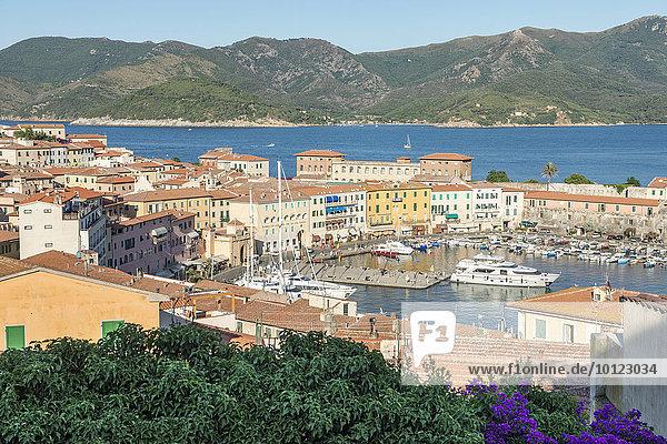 Blick in den Hafen von Portoferraio  Insel Elba  Provinz Livorno  Toskana  Italien  Europa