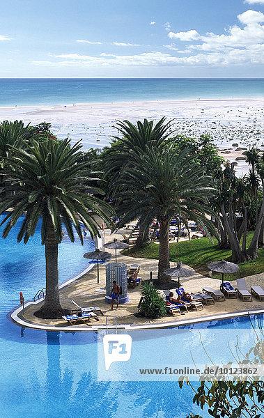 Hotelpool des Melia Gorrione an der Playa Sotavento  Fuerteventura  Kanarische Inseln  Spanien  Europa
