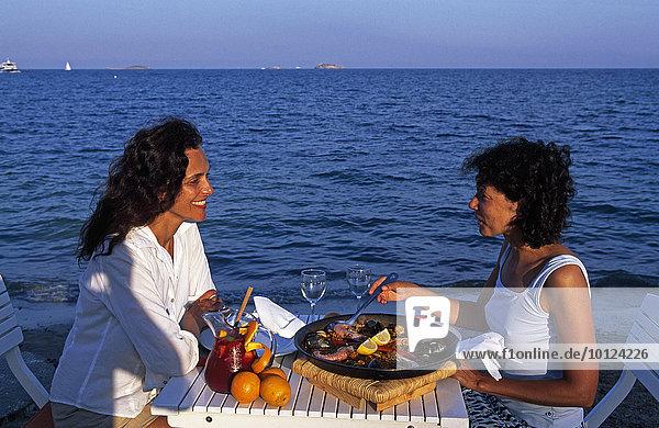 Paella-Essen an der Playa d'en Bossa  Ibiza  Balearen  Spanien  Europa