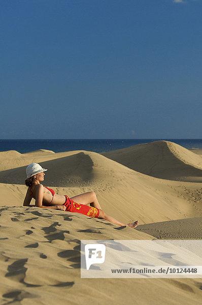 Frau in Sanddünen von Maspalomas  Gran Canaria  Kanarische Inseln  Spanien  Europa