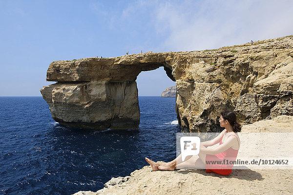 Frau beim Azure Window auf der Insel Gozo  Malta  Europa