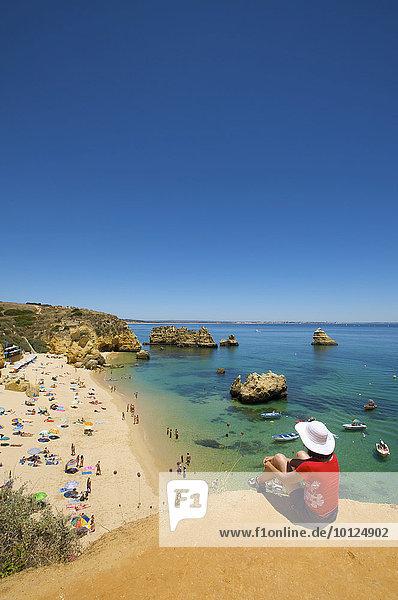 Frau mit Blick auf Praia Dona Ana bei Lagos  Algarve  Portugal  Europa