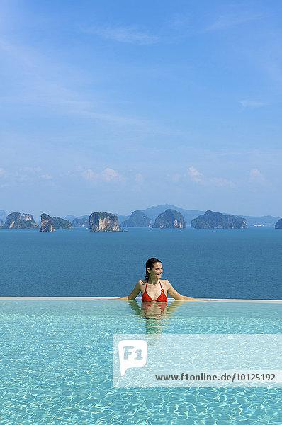 Frau im Privatpool einer Suite im Luxushotel Evason Six Senses Hideaway auf der Insel Yao Noi bei der Insel Phuket  Phang Nga Bay  Thailand  Asien