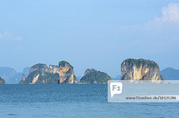 Felsformationen der Phang Nga Bay bei Krabi  Thailand  Asien