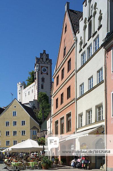 Fußgängerzone und Hohes Schloss  Füssen  Allgäu  Bayern  Deutschland  Europa