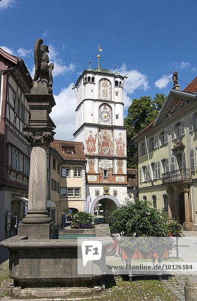 Fußgängerzone mit Ravensburger Tor in Wangen im Allgäu  Oberschwaben  Allgäu  Baden-Württemberg  Deutschland  Europa
