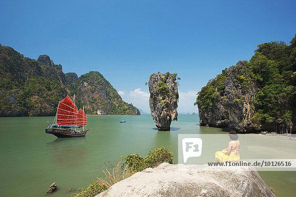 Dschunke in der Phang Nga Bucht  Bond- Felsen  Phuket  Thailand  Asien
