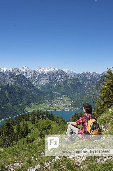 Frau genießt Blick vom Durrakreuz auf den Achensee  Tirol  Österreich  Europa