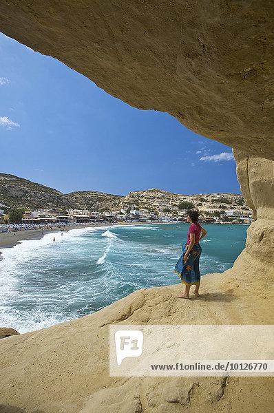 Frau vor Höhle am Strand von Matala  Kreta  Griechenland  Europa