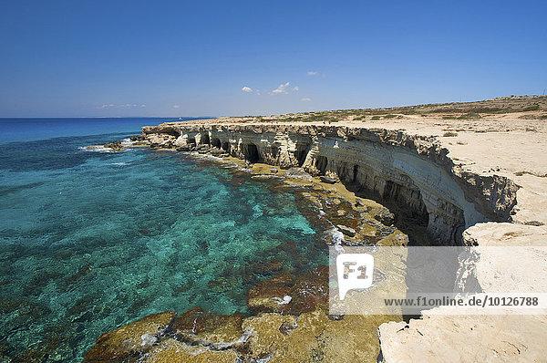 Ausgewaschene Steilküste bei Agia Napa oder Ayia Napa  Südzypern  Zypern  Europa