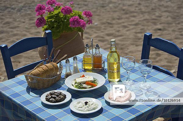 Gedeckter Tisch  griechische Spezialitäten  Taverne in Kato Zakros  Ostküste  Kreta  Griechenland  Europa