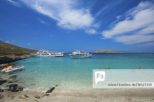 Ausflugsboote am Kolokithia Beach auf Spinalonga bei Elounda  Kreta  Griechenland  Europa