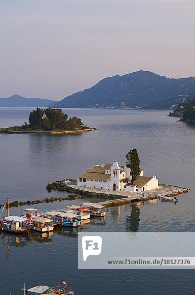 Blick von Kanoni auf die Inseln Vlacherna - mit Kloster - und Mäuseinsel  bei Kerkira  Korfu  Ionische Inseln  Griechenland  Europa