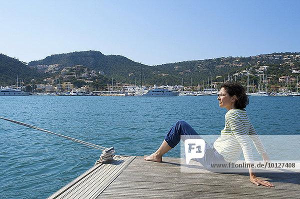 Touristin mit Blick aufs Meer  Port d'Andratx  Mallorca  Balearen  Spanien  Europa
