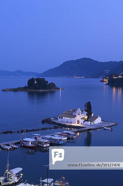 Blick von Kanoni auf die Insel Vlacherna mit Kloster und auf die Mäuseinsel  bei Kerkira  Korfu  Ionische Inseln  Griechenland  Europa