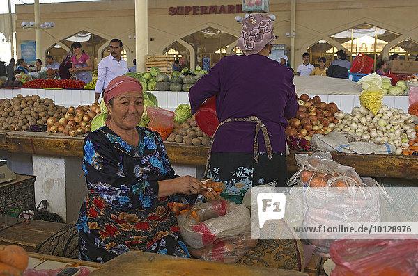 Gemüseverkäuferinnen auf dem Basar  Buchara  Usbekistan  Asien