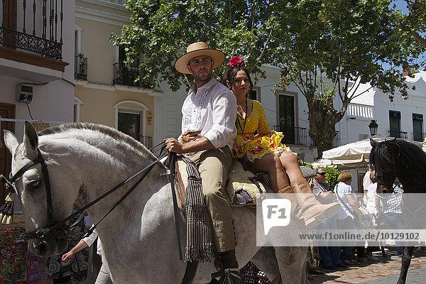 Mann und Frau auf einem Pferd  Wallfahrt Romario de San Isidor in Nerja  Costa del Sol  Andalusien  Spanien  Europa