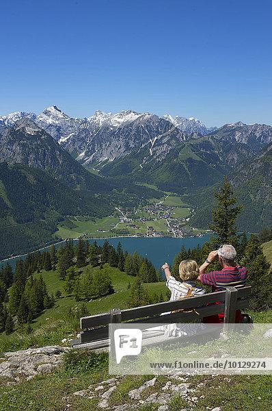 Paar genießt Ausblick vom Durrakreuz auf den Achensee  Tirol  Österreich  Europa