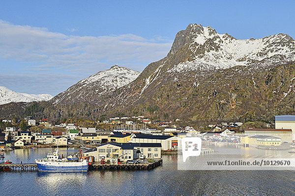 Hafengelände mit Schiff vor Bergkulisse mit Schneeresten  Svolvær  Insel Austvågøy  Lofoten  Nordland  Norwegen  Europa