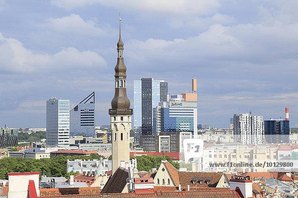 Turm vom Rathaus und Hochhäuser in der Neustadt  Ausblick vom Kohtuotsa Aussichtspunkt in der Oberstadt  Tallinn  Estland  Europa