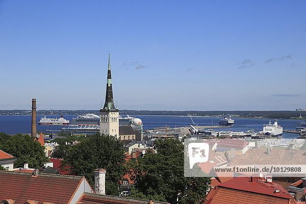 Olaikirche Oleviste Kirik und Passagierhafen an der Ostsee  gesehen vom Turm des Doms Toomkirik  Tallinn  Estland  Europa