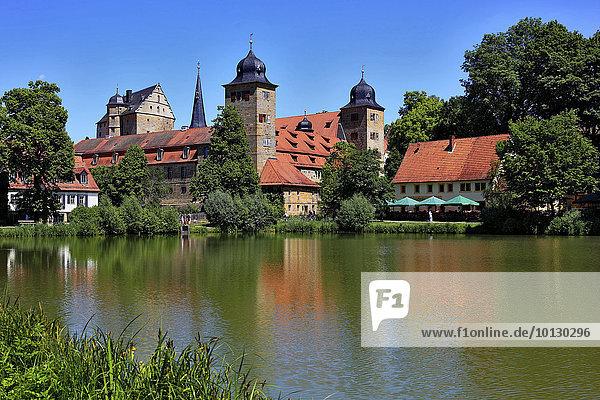 Schloss Thurnau mit dem Schloßweiher  Oberfranken  Bayern  Deutschland  Europa