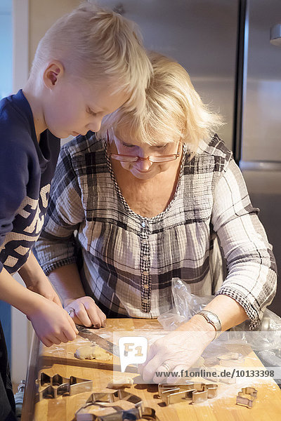 Vorbereitung Großmutter Enkelsohn Keks