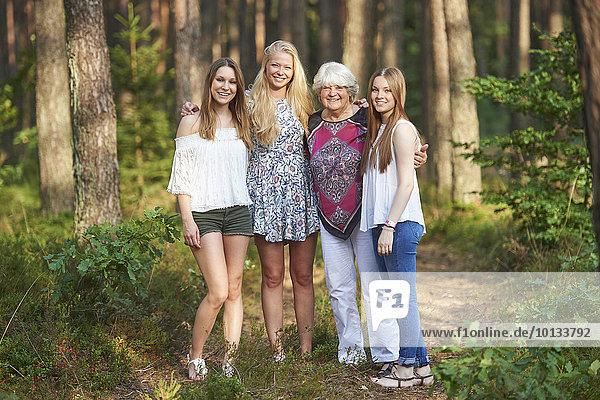 Großmutter und drei Enkelinnen  Bayern  Deutschland  Europa