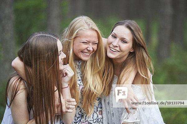 Drei Cousinen haben Spaß  Bayern  Deutschland  Europa
