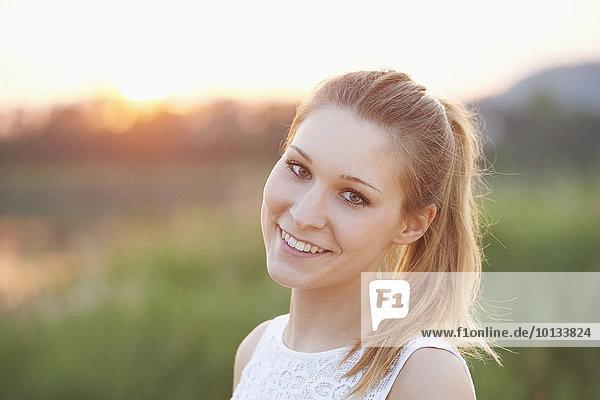Portrait einer jungen Frau  Bayern  Deutschland  Europa