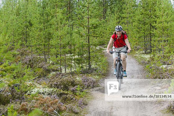 Mann radfahren Wald