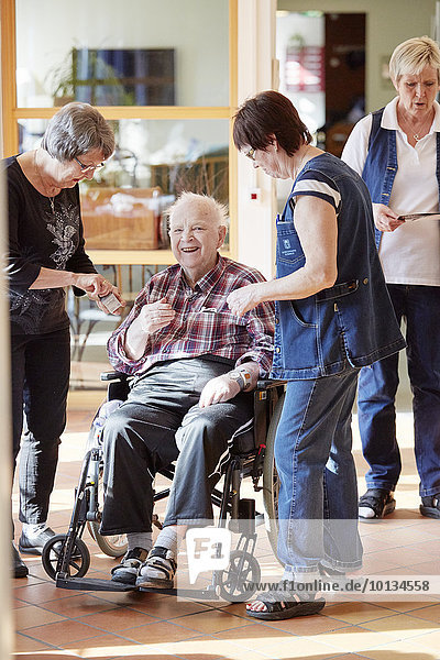 Senior Senioren Mann lächeln Wohnhaus Fürsorglichkeit Pflegepersonal Pfleger