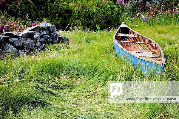 ruhen blau Kanu groß großes großer große großen Gras