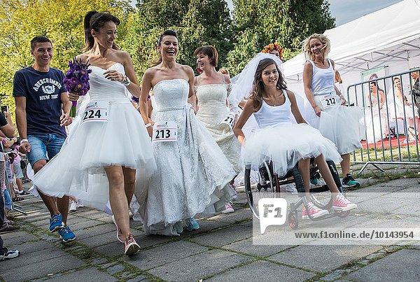 Warschau Hauptstadt Fotografie Hochzeit rennen sammeln Geld Teilnahme Kosten polieren Medizinische Massnahmen Teenagerin Kleid Polen polnisch September Rollstuhl