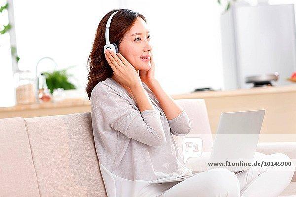 junge Frau junge Frauen Portrait Kopfhörer
