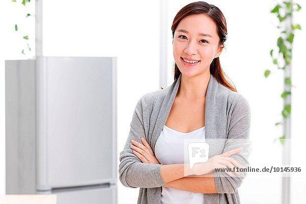 junge Frau junge Frauen Portrait Küche