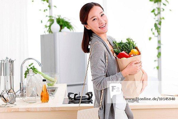 junge Frau junge Frauen Portrait Lebensmittel Vorbereitung Küche
