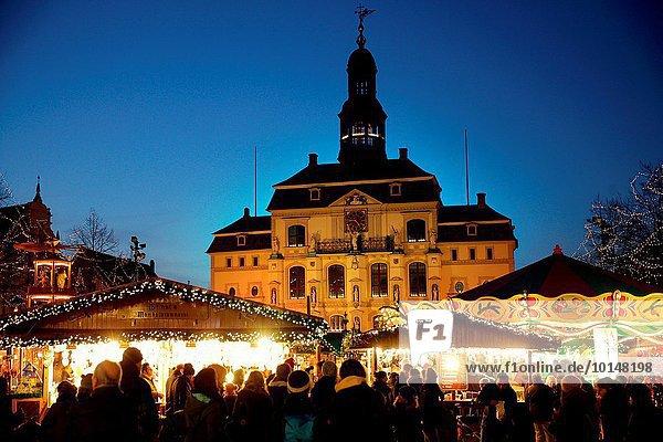 Europa Mensch Menschen Gebäude Halle Stadt Menschenmenge Weihnachten Dekoration Deutschland Lüneburg Markt alt