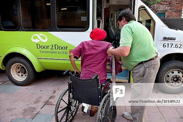 Kleintransporter Frau Wohnhaus Transport Hilfe Individualität fahren Gemeinschaft Versorgung Dienstleistungssektor Eigentum Lifestyle Altersschwäche Behinderung Lieferwagen
