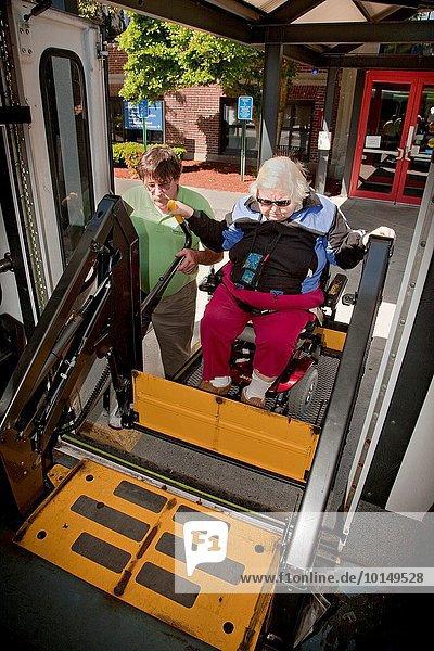 Kleintransporter Mann Wohnhaus Transport Hilfe Individualität fahren Gemeinschaft Versorgung Dienstleistungssektor Eigentum Lifestyle Altersschwäche Behinderung Lieferwagen