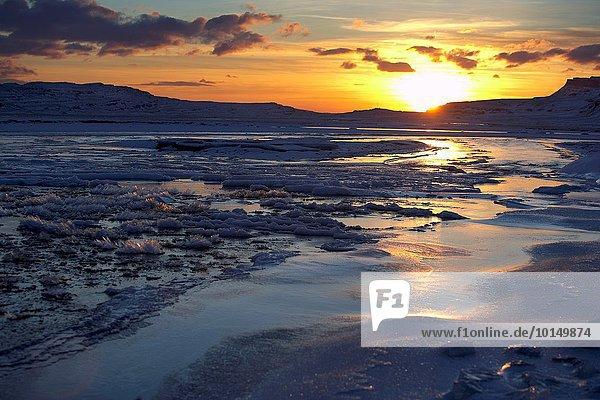 Winter Sonnenuntergang Landschaft über gefroren Island