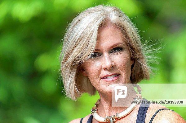 Außenaufnahme Portrait blond Frau sehen Blick in die Kamera gerade alt freie Natur Jahr