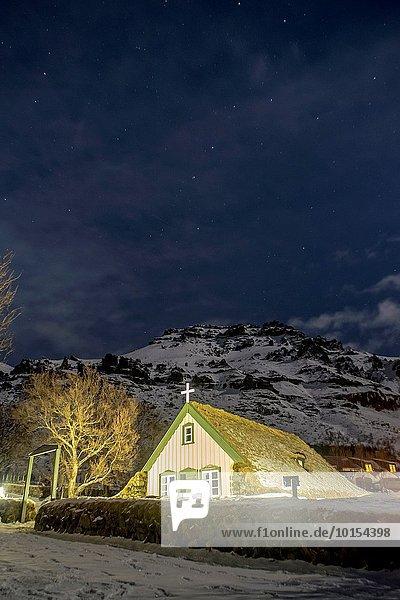 niedrig über klein Dorf Polarlicht Island