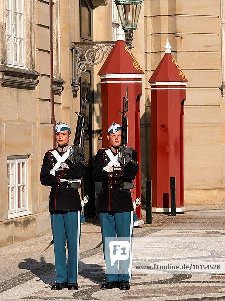 Außenaufnahme Dänemark Palast Schloß Schlösser Zeremonie Kopenhagen Hauptstadt Wachmann