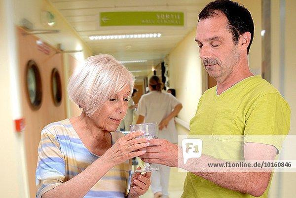 Wasser Frau Getränk geben Krankenhaus Senior Senioren Krankenschwester Schwester Schwestern