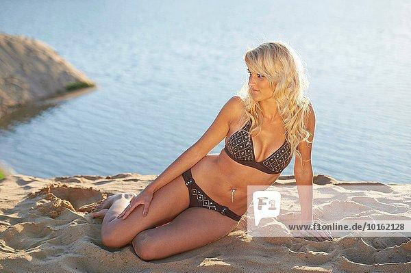 sitzend blond Frau Strand Sommer Sand jung