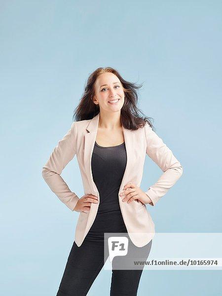junge Frau junge Frauen Attraktivität Pose Lifestyle Beleuchtung Licht Gesundheit Hintergrund blau Studioaufnahme 02 Themen