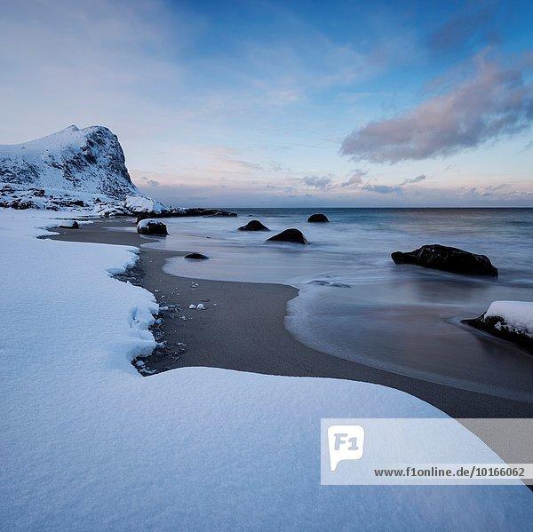 Winter bedecken Strand Norwegen Schnee