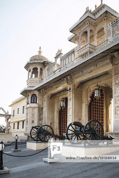Stadtpalast  Maharaja-Palast  Torhaus mit Kanonen  Eingang  Udaipur  Rajasthan  Indien  Asien