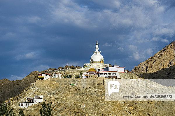 Japanische Stupa  errichtet 1991  auf einem Bergrücken hoch über dem Dorf Changspa  Leh  Jammu und Kaschmir  Indien  Asien